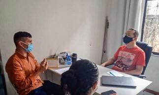 Secretario da Saúde e coordenadora de vigilância sanitária de Santana do Acaraú visitaram estabelecimentos particulares, instituições bancárias e lotéricas no município para avisar sobre as medidas do novo decreto válido no período do feriado de Semana Santa.