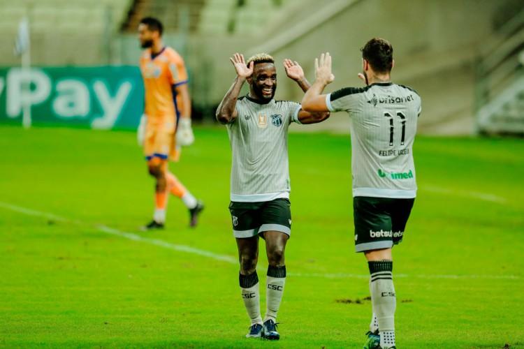 Mendoza e Vizeu marcaram os gols da vitória do Ceará diante do CSA (Foto: JÚLIO CAESAR)