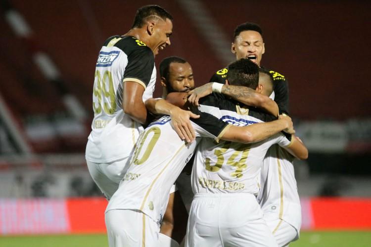 Sport venceu o clássico contra o Santa Cruz com gol de pênalti nos acréscimos (Foto: Anderson Stevens / Sport Club do Recife)