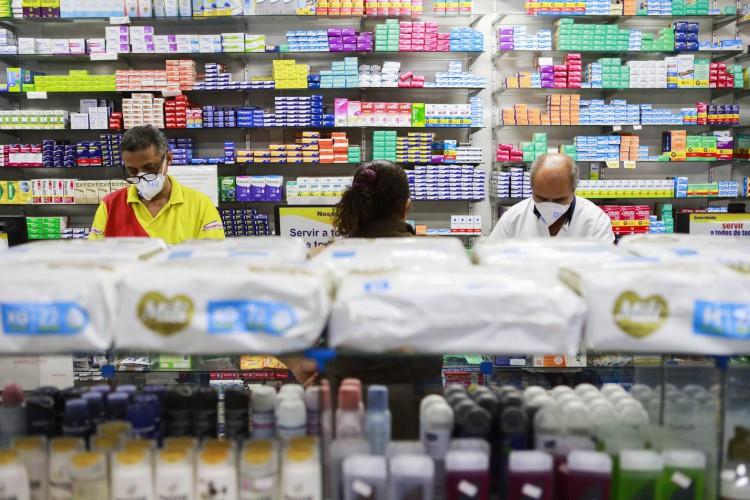 Farmácias seguem como serviço público essencial sem restrições de horário e funcionamento (Foto: FCO FONTENELE)
