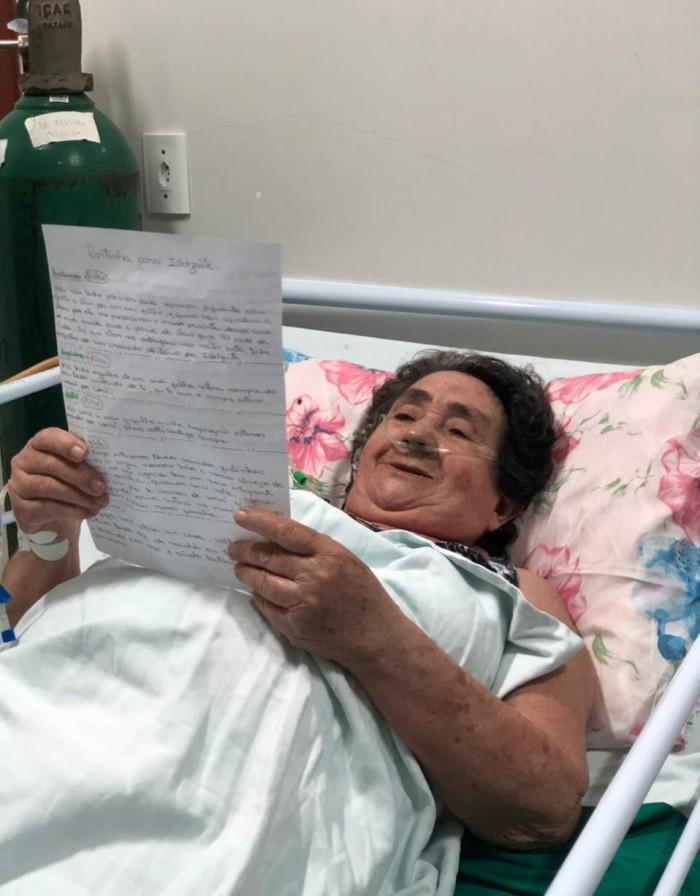 Na foto, dona Idelzuite Pires, 72, recebe sua primeira carta da família (Foto: Hospital de Itaitinga / Divulgação)