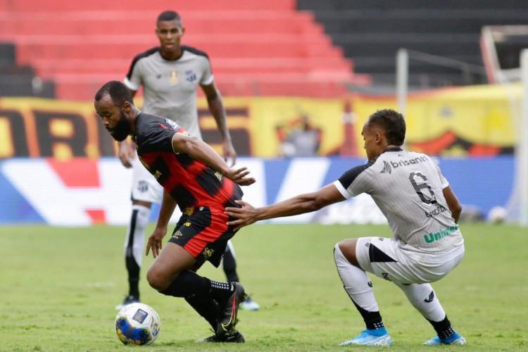 Volante Marcão e lateral-esquerdo Bruno Pacheco disputam bola no jogo Sport x Ceará, na Ilha do Retiro, pela Copa do Nordeste (Foto: Anderson Stevens / Sport Recife)