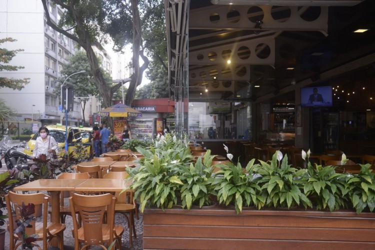 Lanchonetes, bares e restaurates do Rio de Janeiro reabrem hoje(2) com restrição de horário, lotação e distância entre mesas. (Foto: Tânia Rêgo/Agência Brasil)