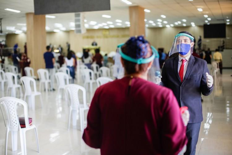 Os protocolos sanitários devem ser seguidos pelos fieis  (Foto: Thais Mesquita)