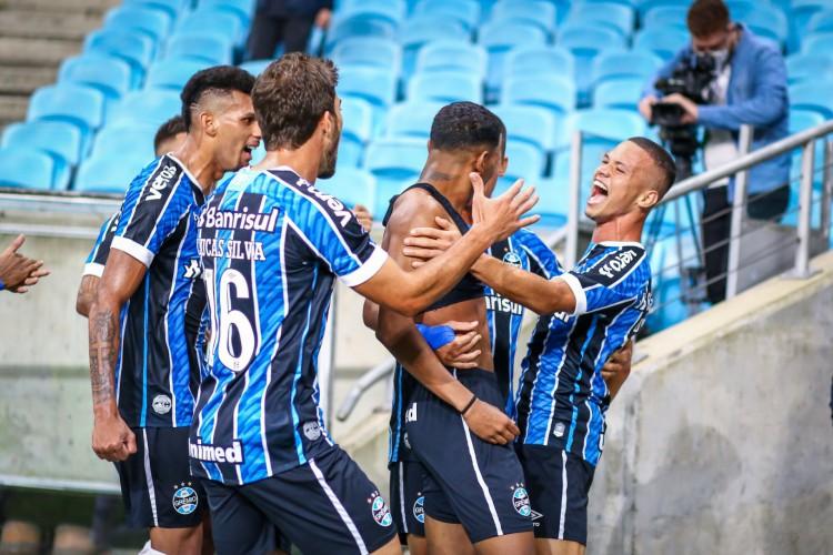 Léo Chú (sem camisa) comemora gol da vitória do Grêmio sobre o Inter no Grenal (Foto: Lucas Uebel | Grêmio FBPA)