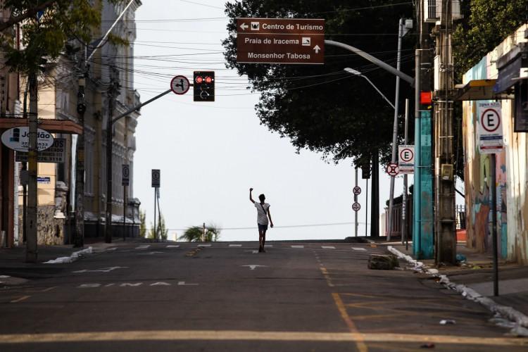 Ruas vazias no Centro de Fortaleza durante o último fim de semana. No domingo, 4, o governador Camilo Santana anunciou que o processo de retomada será discutido nesta semana e será implementado a partir do dia 12. (Foto: FABIO LIMA)