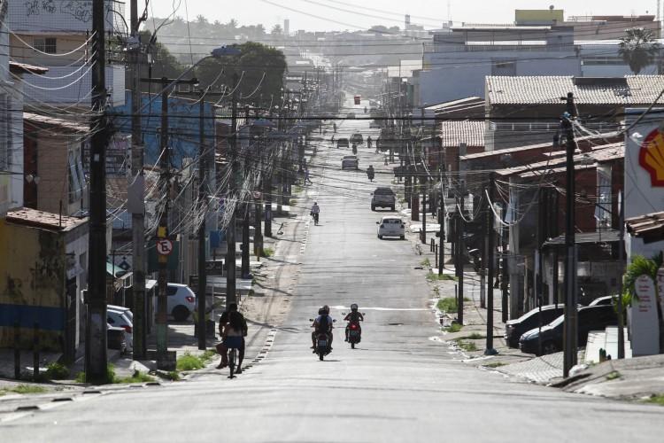 A avenida Oscar Araripe, no bairro Bom Jardim, ficou vazia na véspera de anúncio de governo sobre prorrogação do decreto de isolamento, no último dia 5. (Foto: FABIO LIMA)