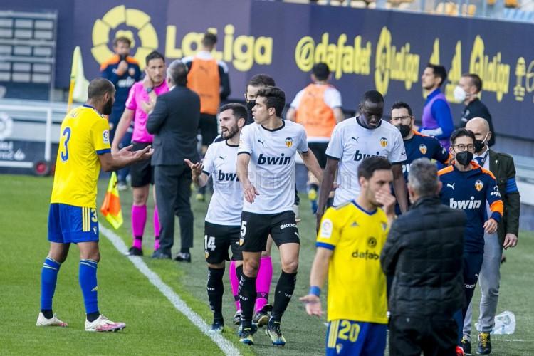 Diakhaby, jogador do Valencia, alega ter sido vítima de racismo em duelo contra o Cádiz.  (Foto: Valencia CF/ Reprodução/ Twitter)