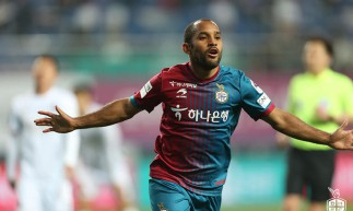 Meia Edinho, ex-Fortaleza, comemora gol em jogo do Daejeon Hana Citizen, da Coreia do Sul