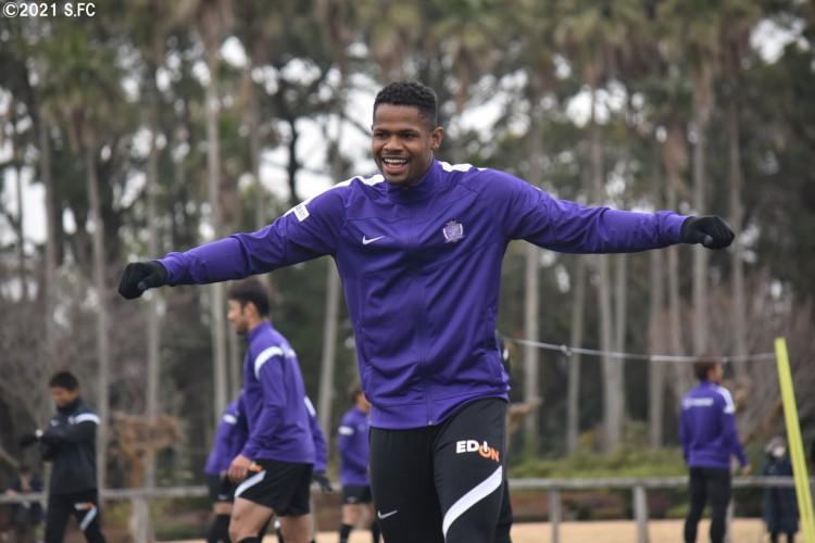Atacante Júnior Santos, ex-Fortaleza, sorri em treino do Sanfrecce Hiroshima, do Japão (Foto: Divulgação/Sanfrecce Hiroshima FC)