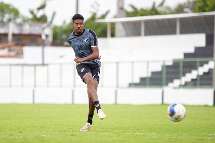 Volante Oliveira em treino do Ceará no estádio Carlos de Alencar Pinto, em Porangabuçu (Foto: Felipe Santos/cearasc.com)
