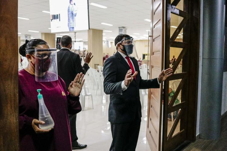 Templos religiosos voltaram a abrir para fiéis após terem que fechar por conta do lockdown decretado pelo governo estadual POVO) (Foto: FCO FONTENELE)