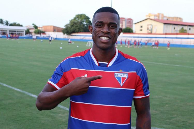 Zagueiro Marcelo Benevenuto posa com a camisa do Fortaleza no Centro de Excelência Alcides Santos, no Pici (Foto: Bruno Oliveira/Fortaleza EC)