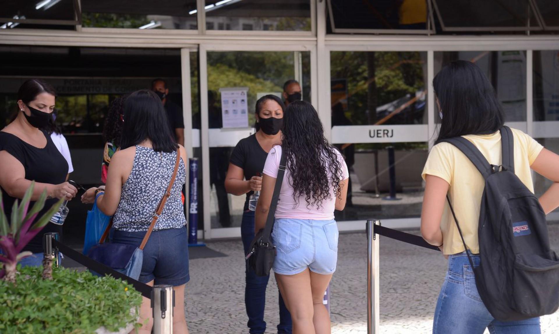 Estudantes chegam para o segundo dia do Exame Nacional do Ensino Médio (Enem) 2020, na Universidade Estadual do Rio de Janeiro(UERJ). (Foto: Tomaz Silva/Agência Brasil)