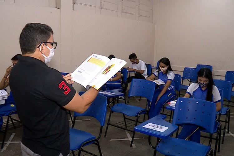 Professor dá aula em Manaus (Foto: Caminhos da Reportagem/TV Brasil)
