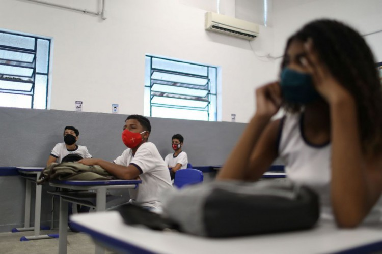 Students attend a class at Aplicacao Carioca Coelho Neto municipal school as some schools continue with the gradual reopening, amid the coronavirus disease (COVID-19) outbreak, in Rio de Janeiro, Brazil November 24, 2020. REUTERS/Pilar Olivares (Foto: REUTERS/Pilar Olivares)