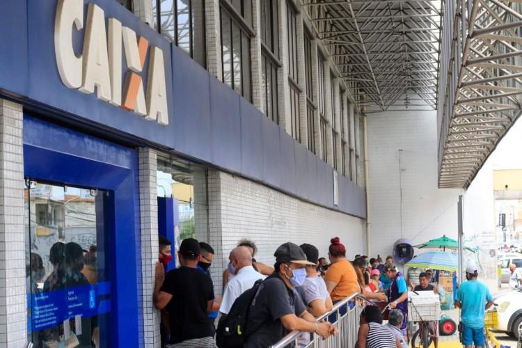 Fila na Caixa Econômica da avenida Francisco Sá (Foto: Barbara Moira)