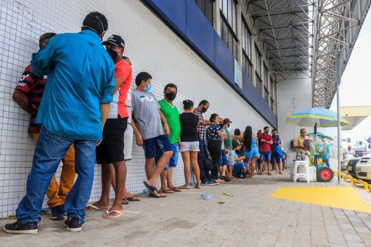 Mesmo com conta digital para os beneficiários, grandes filas se formam em agências Caixa, em datas de recebimento do auxílio emergencial (Foto: BARBARA MOIRA)