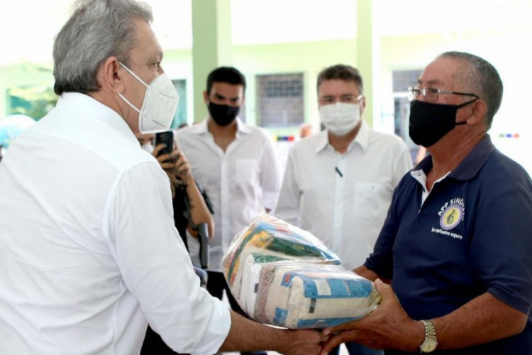Sarto, prefeito de Fortaleza, entrega cestas básicas durante a pandemia (Foto: DIVULGAÇÃO)