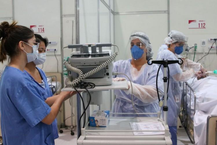 Médicos fazem treinamento no hospital de campanha para tratamento de covid-19 do Complexo Esportivo do Ibirapuera. (Foto: Rovena Rosa/Agência Brasil)