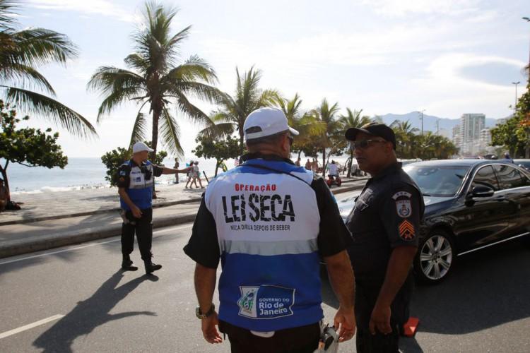 Lei Seca inicia Operação Verão, com fiscalizações diurnas, em blitz na Avenida Vieira Souto, em Ipanema (Foto: Fernando Frazão/Agência Brasil)