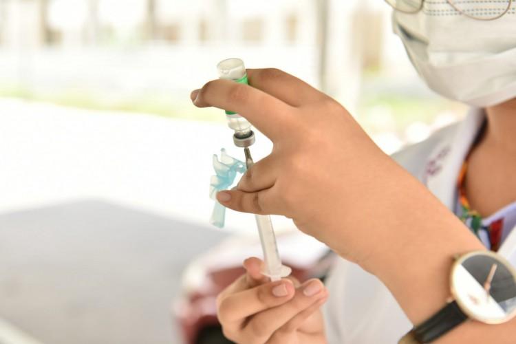 No último final de semana, Caucaia atingiu a  marca de quase 6 mil idosos vacinados entre os dias 3 e 4 de abril (Foto: Edu Cardoso / Ascom Prefeitura de Caucaia)