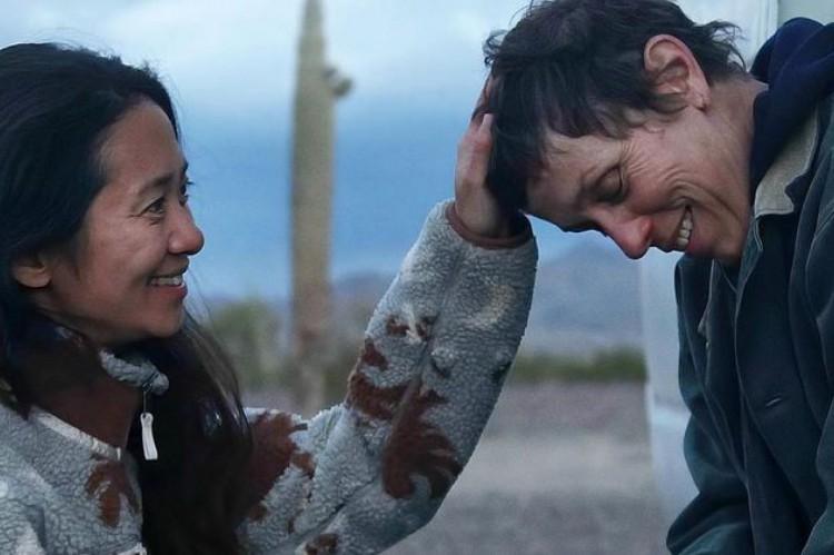 Chloé Zhao e Frances McDormand durante as filmagens de 'Nomadland'