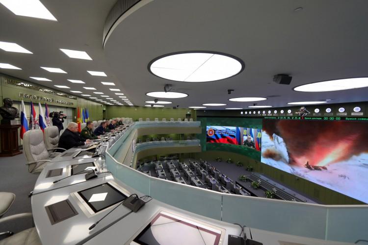 Em 2018, presidente russo Vladimir Putin (5L) visita o centro de controle de defesa nacional para supervisionar o lançamento de teste do míssil hipersônico Avangard, em Moscou (Foto: Mikhail KLIMENTYEV / SPUTNIK / AFP)