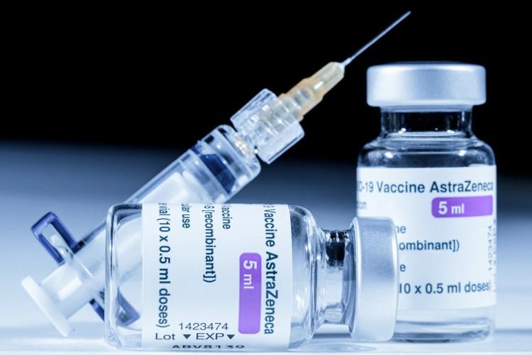 A vacina contra Covid-19 desenvolvida pela AstraZeneca.  (Foto: JOEL SAGET / AFP)