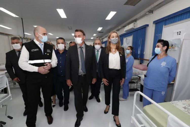O Presidente Jair Bolsonaro visitou, na manhã desta quarta-feira (7), as instalações do Centro Avançado de Atendimento Covid-19, em Chapecó (SC)... (Foto: Alan Santos/PR)