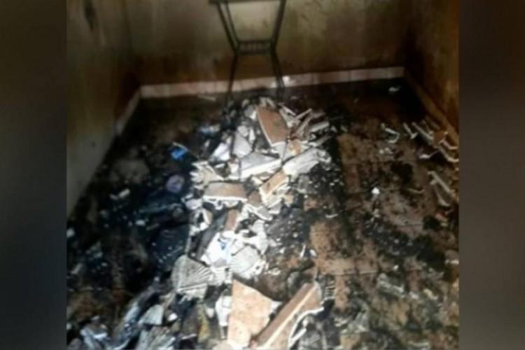 Os móveis da sala, como o sofá, ficaram totalmente queimados (Foto: Divulgação/Bombeiros)