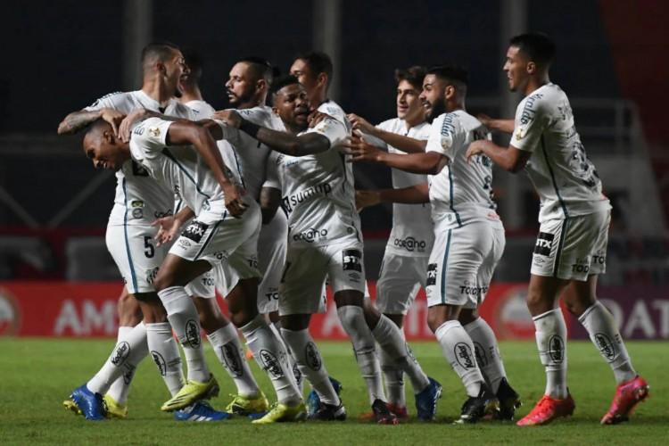 Santos venceu o primeiro confronto e ficou mais próximo da fase de grupo (Foto: Divulgação/Conmebol)