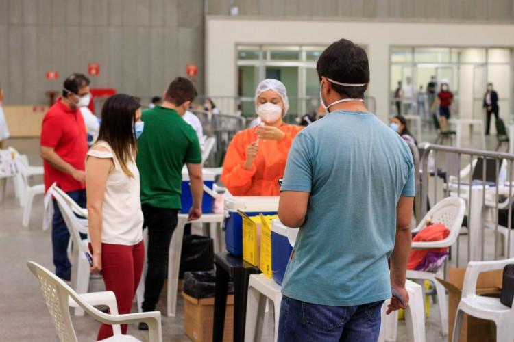 Idosos e profissionais da saúde seguem recebendo doses da vacina  (Foto: BARBARA MOIRA)