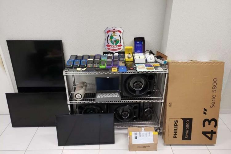 Maquinetas de cartões de crédito, carregadores, um notebook e outros eletrônicos foram apreendidos (Foto: PCCE/Reprodução)