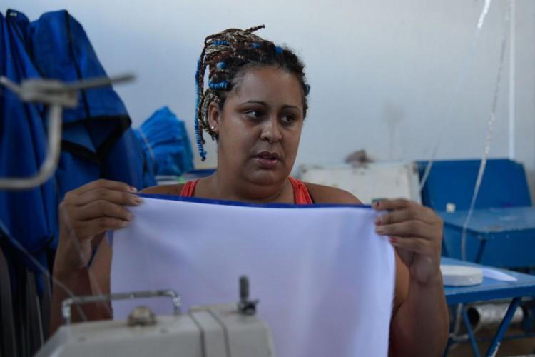 Devido a falta de verbas, Governo do DF anunciou o cancelamento dos desfiles de carnaval de 2015. Na foto: Cássia Regina Dias, costureira. (Wilson Dias/Agência Brasil) (Foto: Wilson Dias/Agência Brasil)