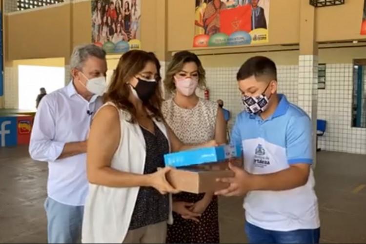 Dalila Saldanha, secretária municipal de Educação de Fortaleza, participou da entrega dos tablets, chips e kits escolares nesta quinta-feira, 8, ao lado de Sarto e da primeira dama. (Foto: Reprodução/Facebook)