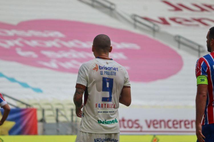 Camisas utilizadas pelo jogadores do Fortaleza em partida contra o Bahia, com a logo