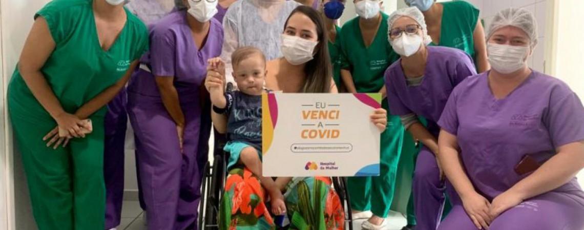 No colo da mãe, João Miguel, deixou o Hospital da Mulher depois de se recuperar da Covid-19 (Foto: Marcel Vital)