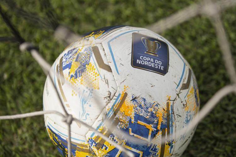 Bola da Copa do Nordeste 2021 no gramado (Foto: Divulgação/Ceará SC)