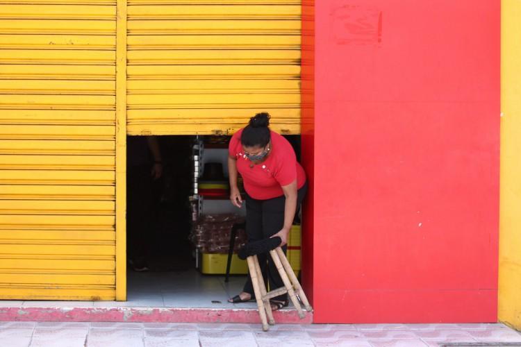 FORTALEZA,CE, BRASIL, 09.04.2021: Movimentação no comércio e na circulação de pessoas desrespeitando o decreto no último dia de lockdown. Parangaba, Centro. (Fotos: Fabio Lima/O POVO). (Foto: FABIO LIMA)