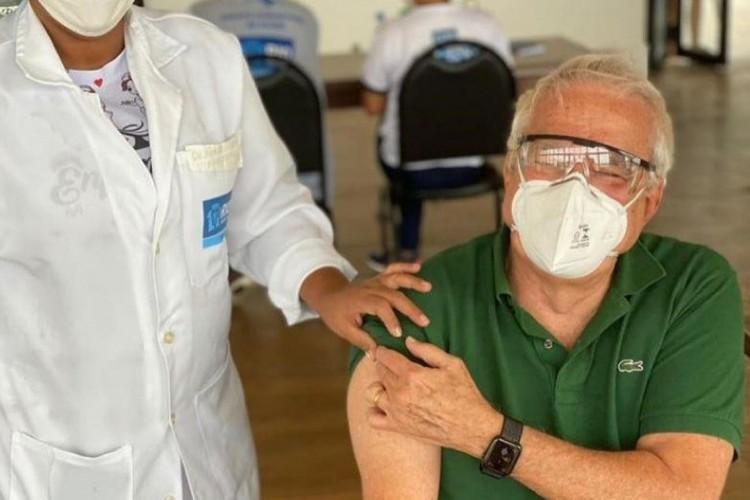 Presidente Roberto Castello Branco recebendo a segunda dose da Coronavac. Ele deixa a Petrobrás nos próximos dias (Foto: Reprodução O Globo )