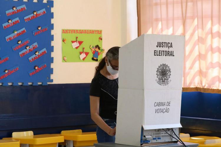 São Paulo - Movimento de eleitores na 250ª Zona Eleitoral da Lapa, localizada na Escola Heitor Garcia, durante as eleições municipais. (Foto: Rovena Rosa/Agência Brasil)