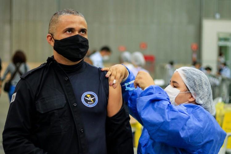 Primeiro dia de vacinação dos agentes de segurança no Centro de Eventos (Foto: Bárbara Moira)