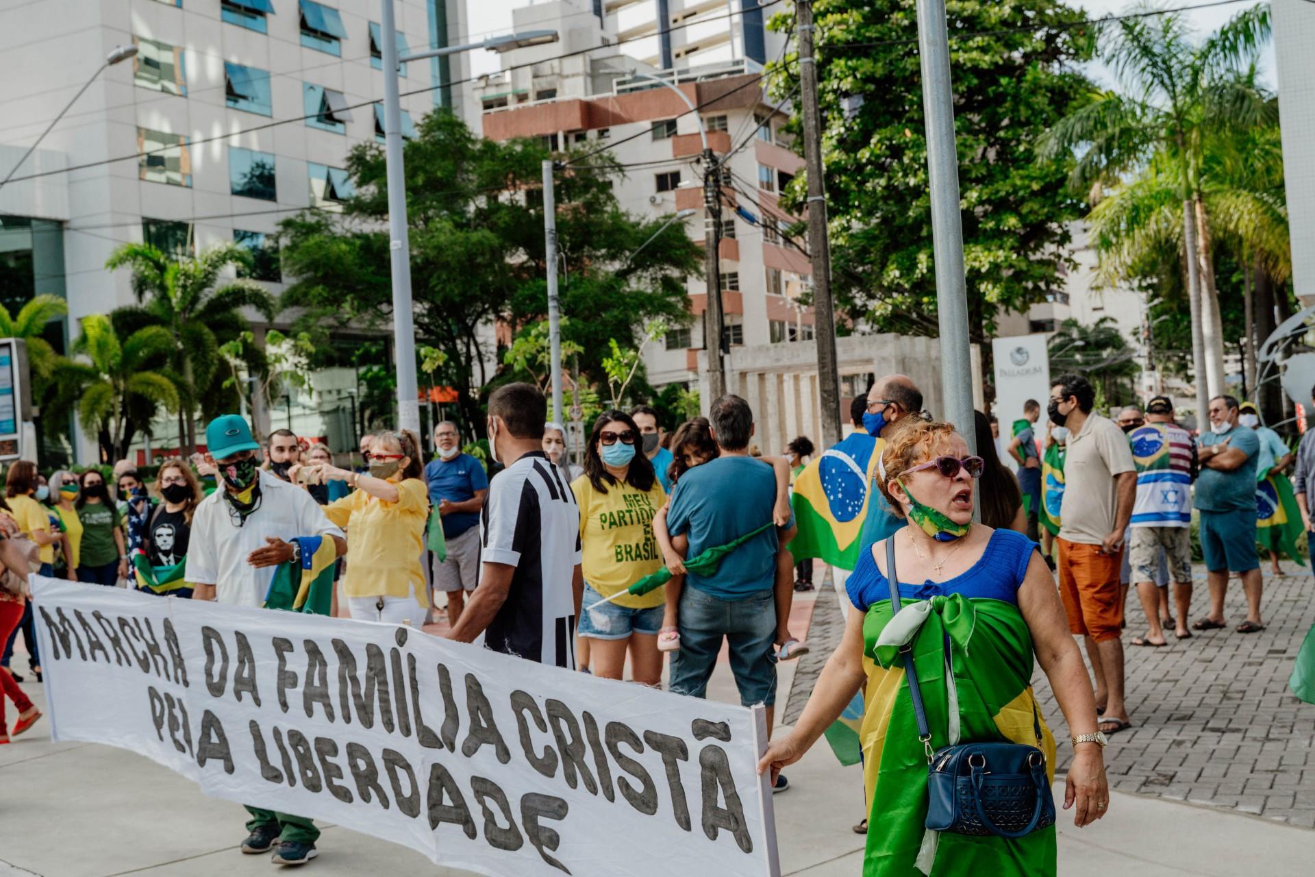 Manifestantes se concentraram na Praça Portugal, ontem à tarde (Foto: JÚLIO CAESAR)