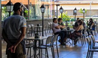FORTALEZA, CE, 12-04-2021: Hoje e o primeiro dia de reabertura do lockdown, restaurantes poderiam reabrir, mas com o horario limitado e com a capacidade reduzida. As fotos destacam a movimentacao no horario de almoco na cervejaria Turatti e Divina Comida. Varjota e Aldeota, Fortaleza. ( BARBARA MOIRA/ O POVO)