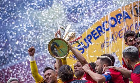 Jogadores do Flamengo levantam taça e comemoram título da Supercopa do Brasil no estádio Mané Garrincha, em Brasília