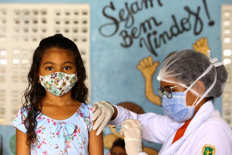 Público de 12 a 17 anos já pode ser cadastrado para campanha contra a Covid-19. Na foto, a criança está sendo vacinada contra a gripe (Foto: Divulgação/Prefeitura de Fortaleza)