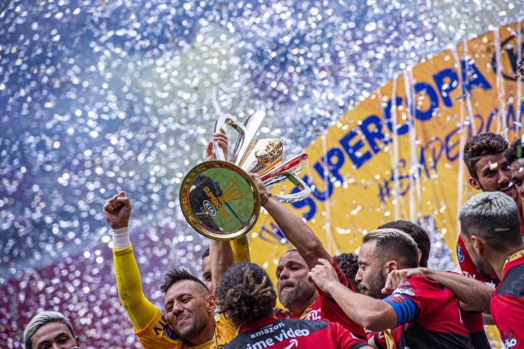 Jogadores do Flamengo levantam taça e comemoram título da Supercopa do Brasil no estádio Mané Garrincha, em Brasília (Foto: Marcelo Cortes / Flamengo)
