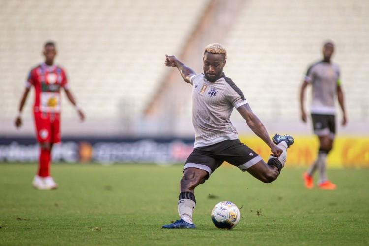 Atacante Steven Mendoza chuta a bola no jogo Ceará x Salgueiro, na Arena Castelão, pela Copa do Nordeste (Foto: Stephan Eilert/cearasc.com)