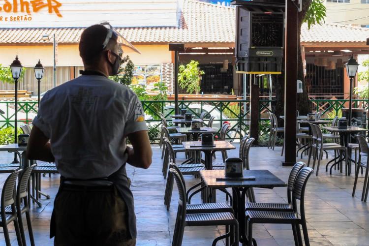 FORTALEZA, CE, 12-04-2021: Hoje e o primeiro dia de reabertura do lockdown, restaurantes poderiam reabrir, mas com o horario limitado e com a capacidade reduzida. As fotos destacam a movimentacao no horario de almoco na cervejaria Turatti e Divina Comida. Varjota e Aldeota, Fortaleza. ( BARBARA MOIRA/ O POVO) (Foto: BÁRBARA MOIRA)